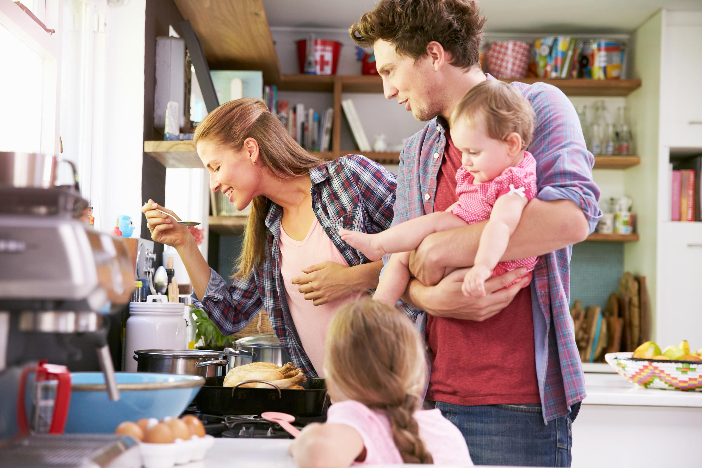 Podział obowiązków w domu między mamą i tatą
