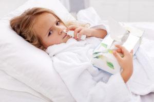 Jak nauczyć dziecko wydmuchiwać nosek - przeziębiona dziewczynka