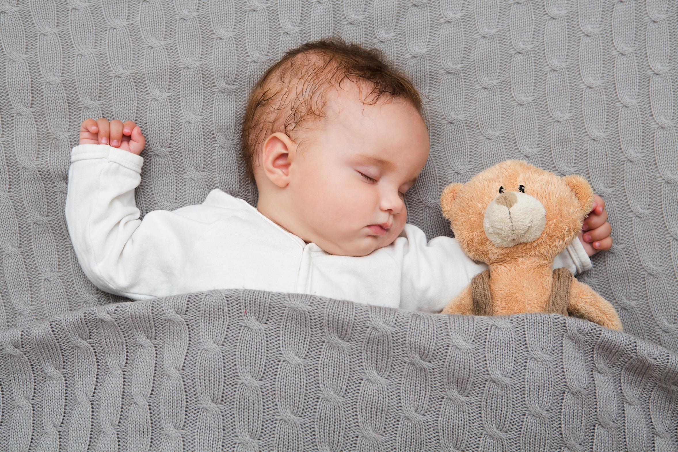 Co zakłóca sen dziecka - śpiące niemowlę