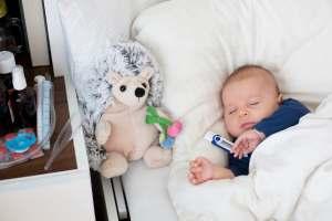 Choroby dziecięce - mierzenie temperatury niemowlakowi