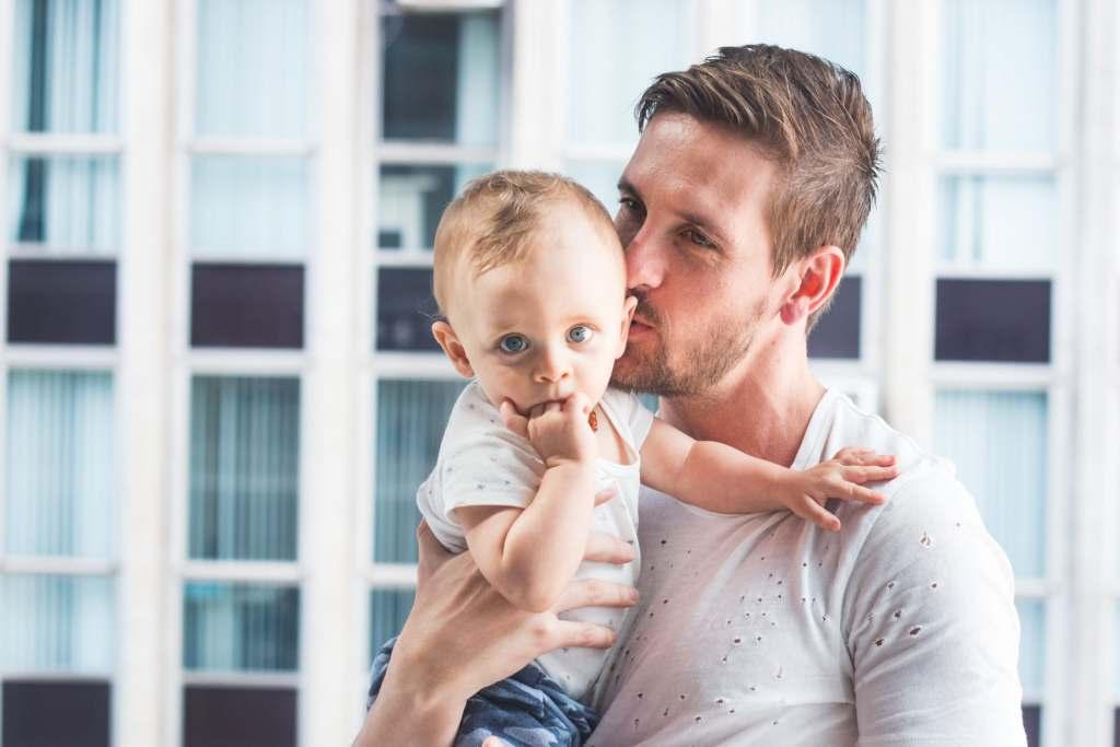 Czy urlop ojcowski można podzielić na dwie części?