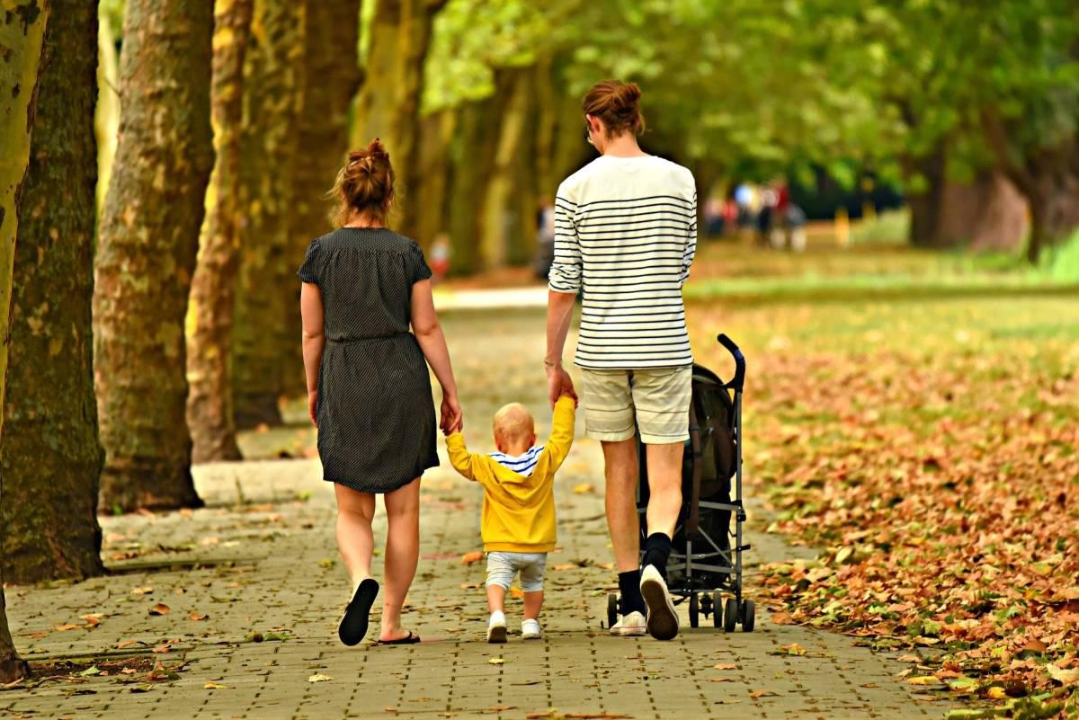 Spacer z niemowlakiem mającym katar