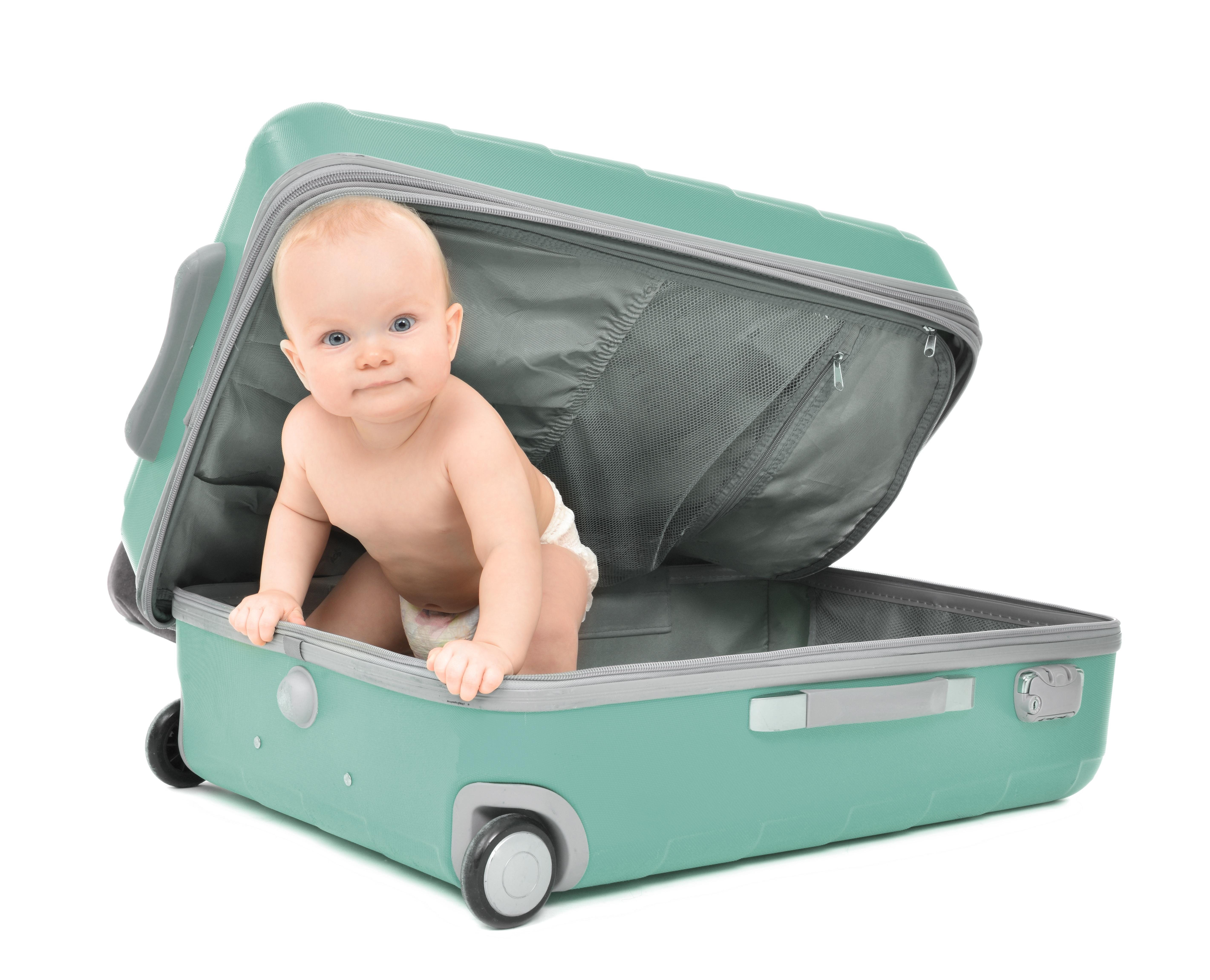 Niemowlę w zielonej walizce