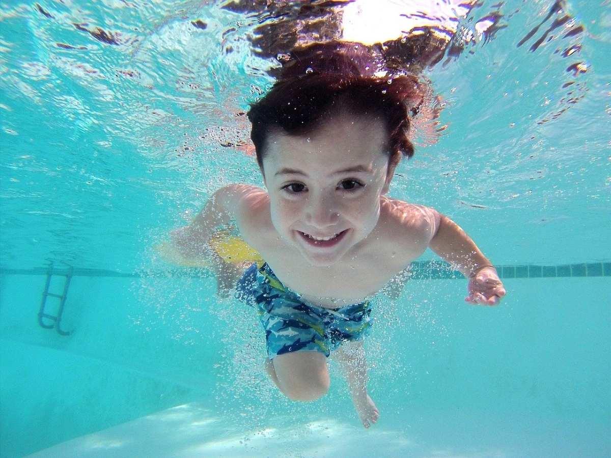 Czy posyłać dziecko z katarem na basen