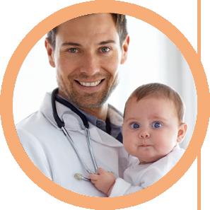 lekarz i wyleczone niemowlę z katarku