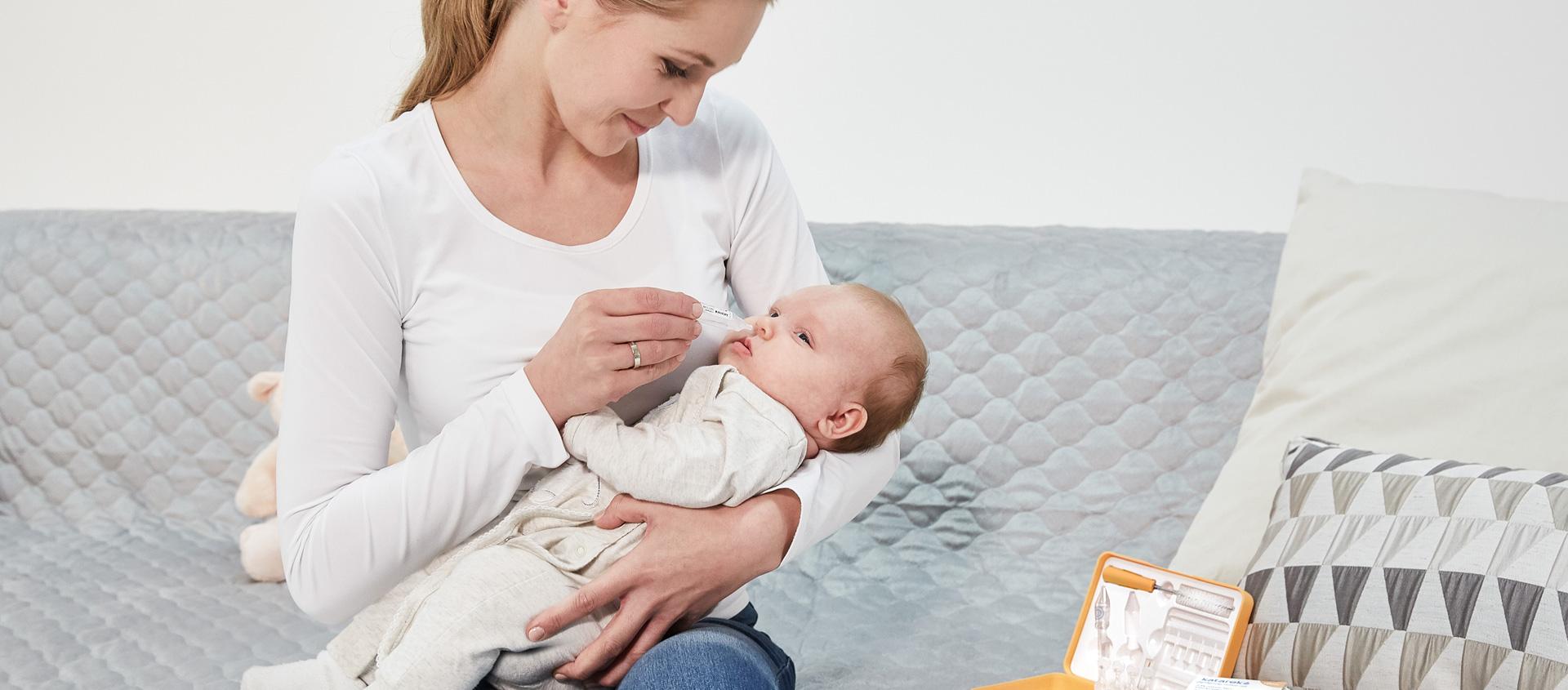 nawilżanie nosa niemowlęcia preparatem Katarek