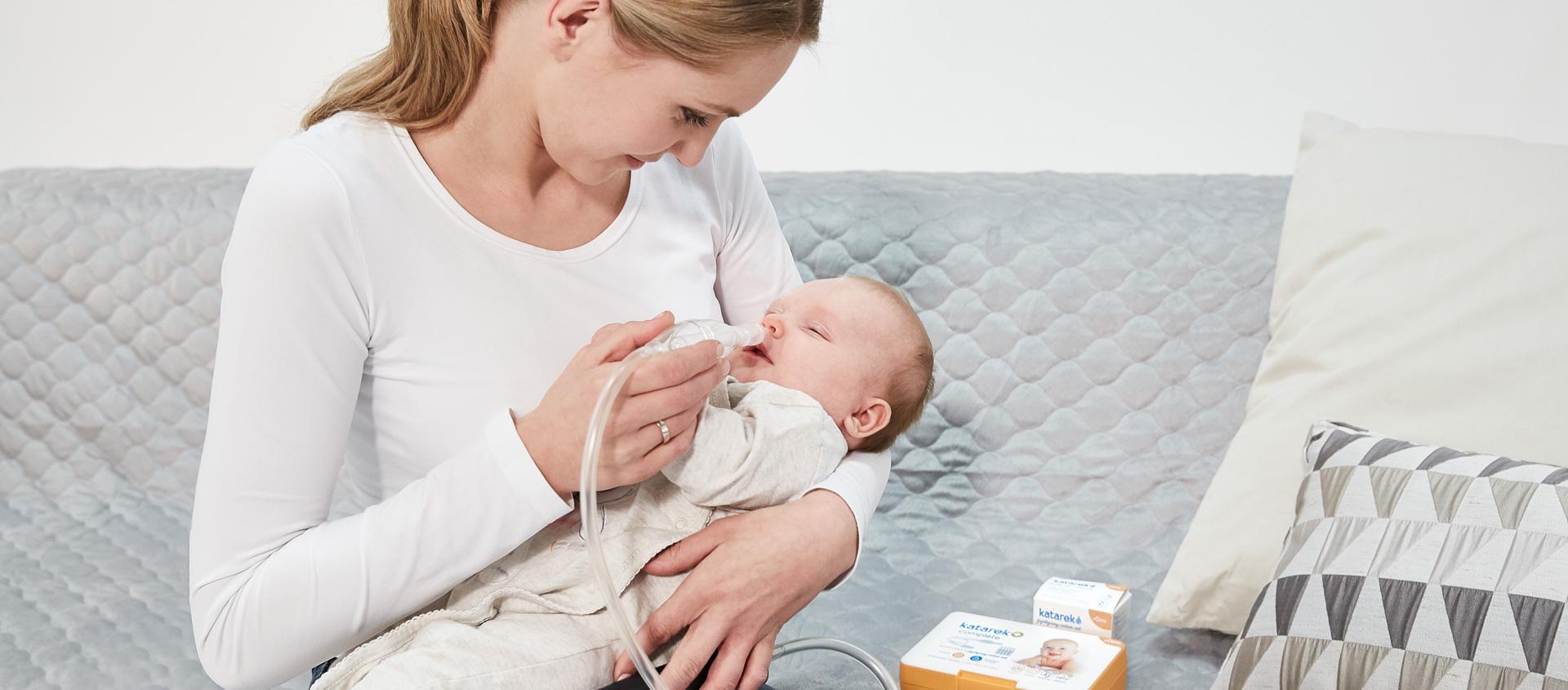 Odciąganie katarku niemowlęciu